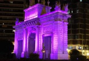 Imatge de  la Porta de la Mar il·luminada