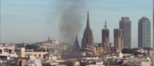 Imatge de l'incendi que crema al centre de Barcelona