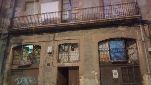 Imatge del bloc al carrer Orosi número 7 que, segons els veïns, és un punt de venta de droga
