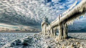 Imatge del llac de Michigan congelat en una onada de fred recent