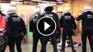 Imatge del moment de l'entrada dels agents de l'USP de la Guàrdia Urbana al Metro.