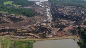 Imatge del riu de fang que ha provocat el trencament de la presa