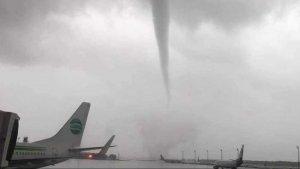 Imatge del tornado que va escampar el caos a l'aeroport d'Antalya