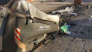 Imatge dels contenidors cremats, aquest matí al Vendrell