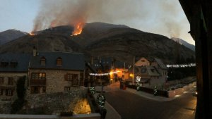 Imatge quasi nocturna de l'incendi a la Vall d'Aran