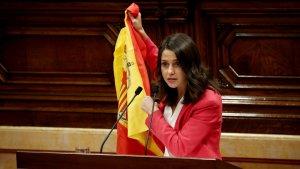 Inés Arrimadas amb una bandera espanyola durant el debat de política general al Parlament