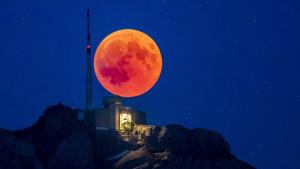 La lluna de sang s'ha vist per mig planeta