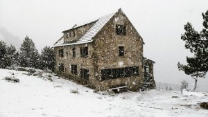 La neu ha caigut a tot el Pirineu, com es veu en aquesta imatge del refugi d'Ulldeter