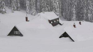 La nieve casi cubre este xalet en los Alpes austriacos