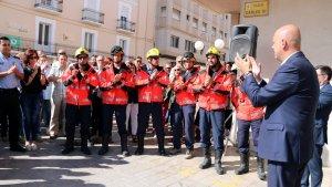 L'alcalde de la Ràpita, Josep Caparrós, aplaudint un grup de Bombers en la concentració per condemnar la violència policial