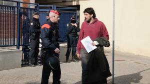 L'alcalde de Verges, Ignasi Sabater, sortint de la comissaria de la Policia Nacional de Girona.