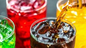 Las bebidas gasificadas también contienen altas cantidades de azúcares y calorías, por lo que también son consideradas alimentos chatarra.