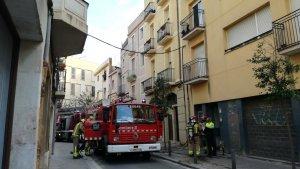 L'incendi s'ha produït al carrer Alt de Sant Salvador, al centre de la ciutat de Reus