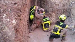 Los Bomberos de Cádiz han rescatado al hombre, que estaba hundido en el fango de cintura para abajo