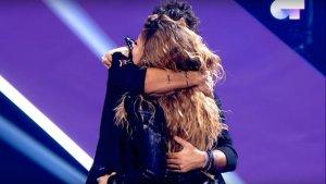 Los dos músicos se fundieron en un abrazo tras su actuación en 'Operación Triunfo 2018'