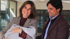 Lourdes Montes y Fran Rivera a la salida del hospital con el pequeño Curro