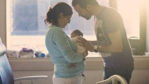 Mares i pares del 2016 i 2017 ja poden demanar la devolució de l'IRPF