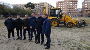 Membres del consistori reusenc i representants de la Fundació Cruyff a la presentació del nou camp de futbol