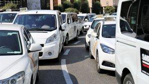 Mobilització de taxistes a la plaça de la Imperial Tàrraco