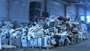 Montañas de aparatos electrónicos y electrodomésticos en proceso de desbalizaje y reciclaje