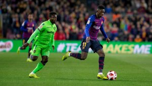 Ousmane Dembélé i Simon Moses, durant el Barça-Llevant.