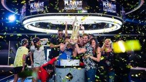 Ramon Colillas, amb família i amics, celebrant la consecució del premi Poker Stars
