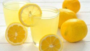 Sanidad ha alertado sobre el riesgo de tomar el zumo de limón