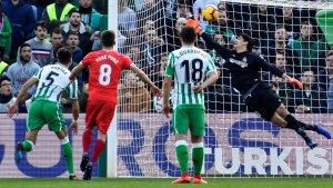 Tello ha obert la llauna en el Betis-Girona amb un gol de falta.