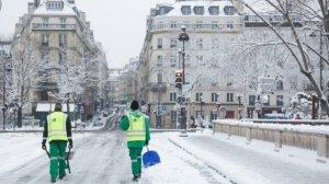 Un carrer de París cobert de neu aquest matí