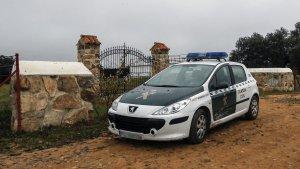 Un coche de la Guardia Civil en las inmediaciones de la finca 'La lapa', en la localidad sevillana de Burguillos