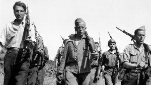 Un grup de quintos de la lleva del 40 i del 28 de la 30a Divisió fa instrucció. 1938.