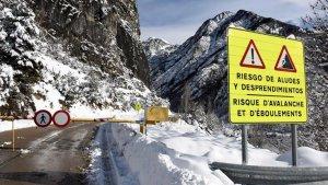 Un paso fronterizo con Francia y 2 carreteras a complejos hoteleros están cerradas por el riesgo de aludes este lunes