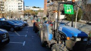 Una cinquantena de pagesos s'han dirigit en tractor fins a la seu del Departament d'Agricultura a Tarragona.