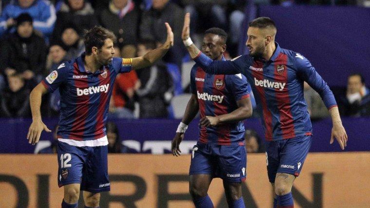 Cabaco i Coke celebren el primer gol del Llevant contra el Barça