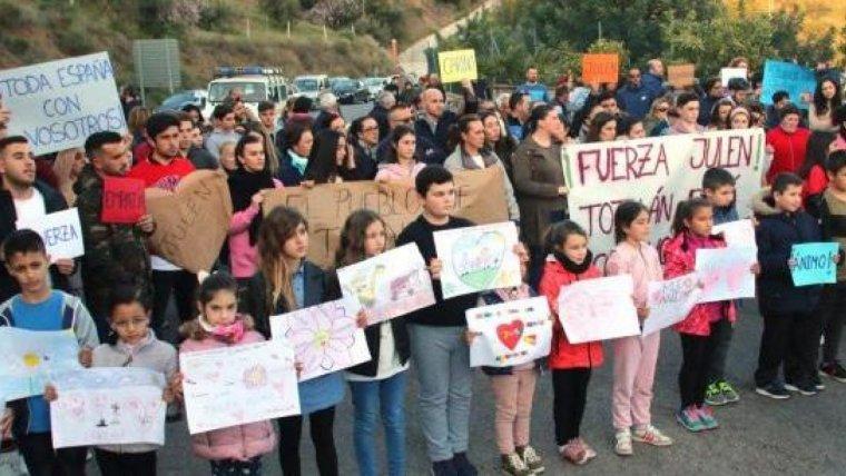 Decenas de vecinos de Totalán han apoyado con emocionantes mensajes a la familia del pequeño Julen.