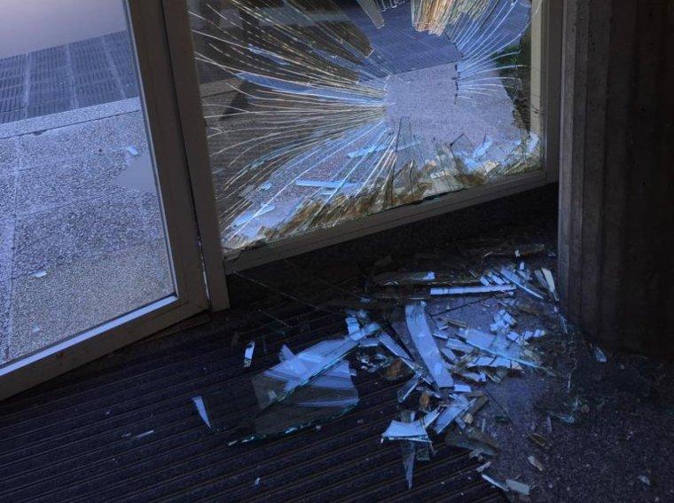 El vehicle que ha impactat contra la porta principal de Televisió de Catalunya