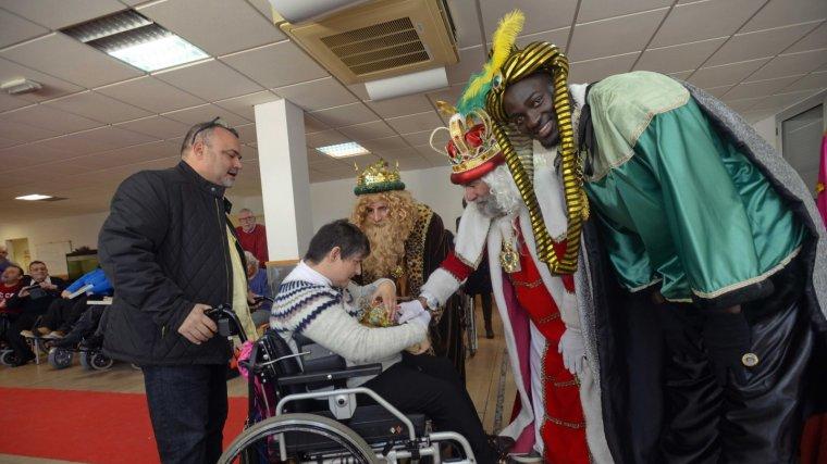 Els Reis d'Orient van dur il·lusió i regals als usuaris de l'Associació Provincial de Paràlisi Cerebral de Tarragona