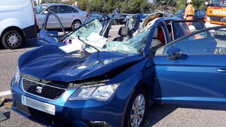 Imagen del estado del vehículo tras caerle encima una rueda de camión