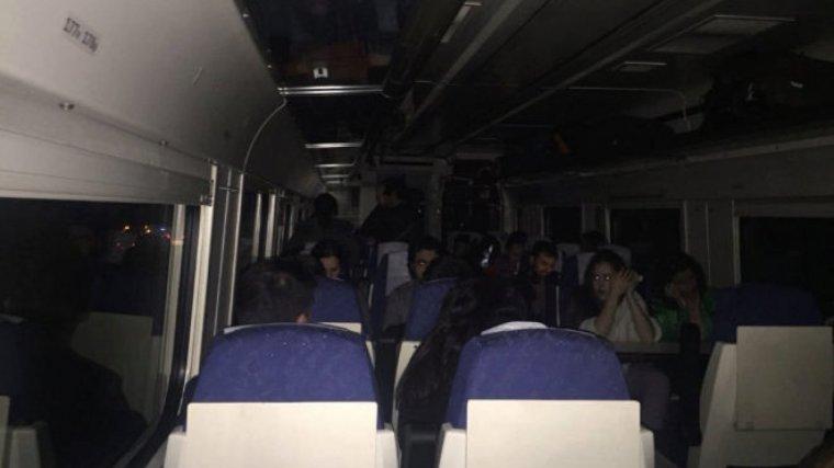 Imagen del interior del tren averiado, sin luz