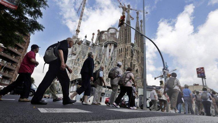 Imatge d'arxiu de turistes a la Sagrada Família de Barcelona.