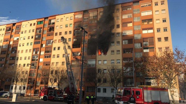 El foc va pujar molt ràpidament des del primer pis fins al cap damunt de l'edifici