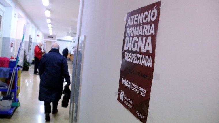 Imatge d'un cartell que informa de la vaga de metges de l'atenció primària.