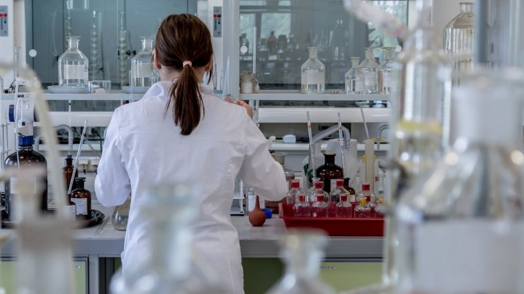 Imagen de una investigadora química
