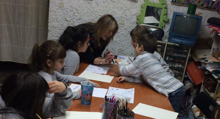 L'artista local Sandra Bea durant la classe