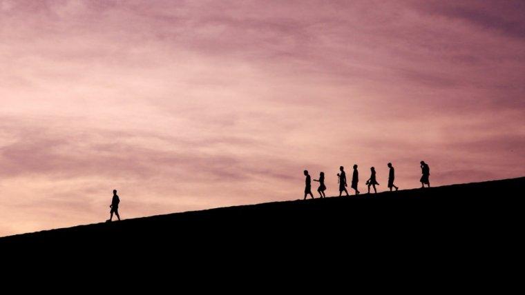 Personas caminando por una montaña.