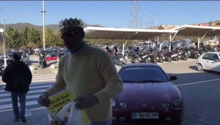 L'home que ha encastat el seu vehicle contra la porta de TV3 just després de l'atac, amb la corona i el cartell demanant que els Il·luminats surtin a la televisió pública