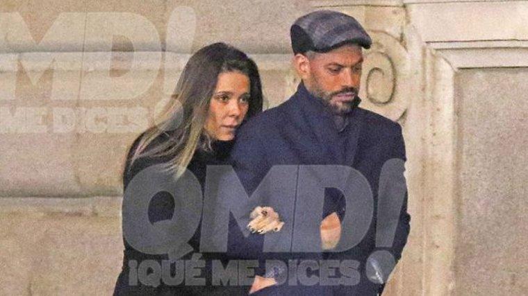 Lorena Gómez y René Ramos paseando por Madrid