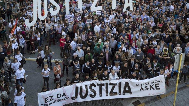 Miles de personas manifestándose para pedir justicia para los ocho jóvenes acusados de agredir a dos guardias civiles y sus parejas
