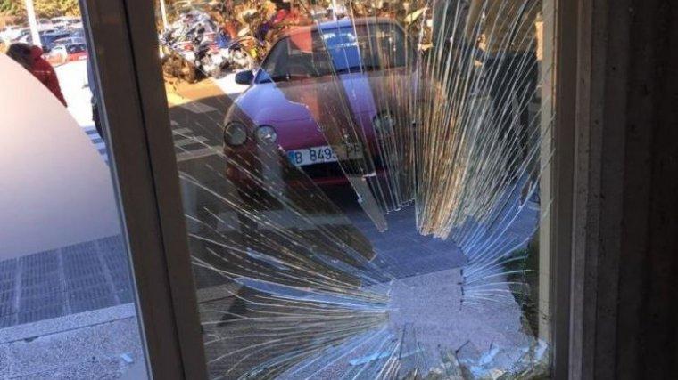 Imatge del cotxe que s'ha encastat aquesta tarda contra la porta de TV3