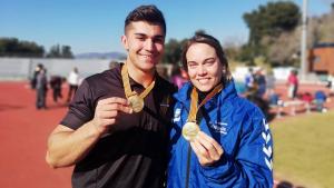 Aaron Sola i Berta Castells ensenyen les seves medalles d'or assolides aquest cap de setmana a Barcelona.
